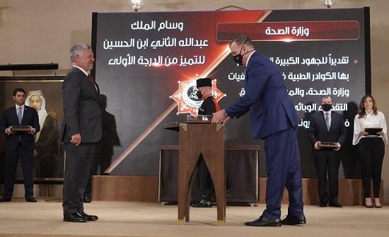 الملك يسلم جابر وسام التميز من الدرجة الأولى - صور