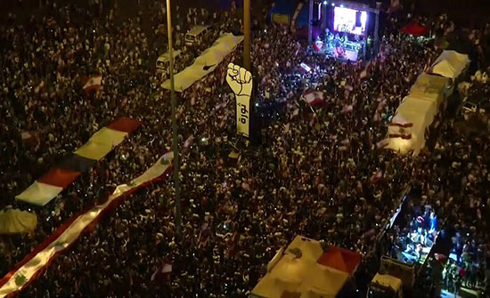 بالفيديو : آلاف اللبنانيين يحتشدون ويواصلون التظاهر في أنحاء البلاد