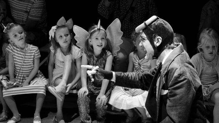 Over een kleine mol die wil weten wie er op zijn kop gepoept heeft 2 tot 6 jr door Meneer Monster — De Krakeling, theater voor de jeugd te Amsterdam