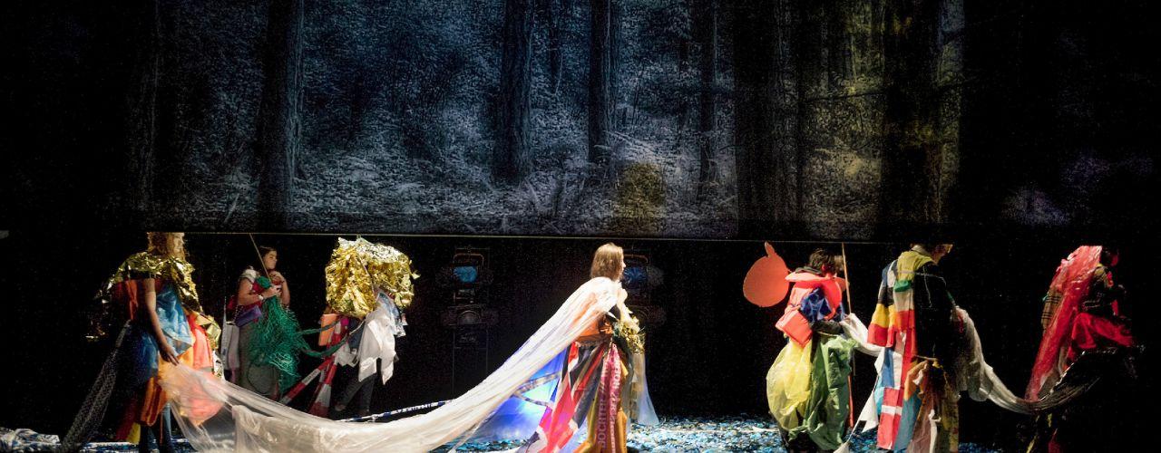 Kruistocht,een voorstelling gebaseerd op dat dikke boek van Thea Beckman over die kinderen die heel ver moeten lopen en die ene jongen in die moderne broek 14+ door Theater Artemis — De Krakeling, theater voor de jeugd te Amsterdam