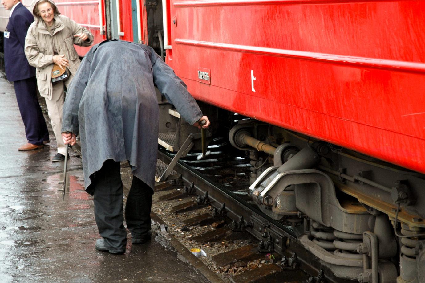 Vaunujen pyorien kunto tarkastetaan vasaralla kilauttamalla Omskin asemalla