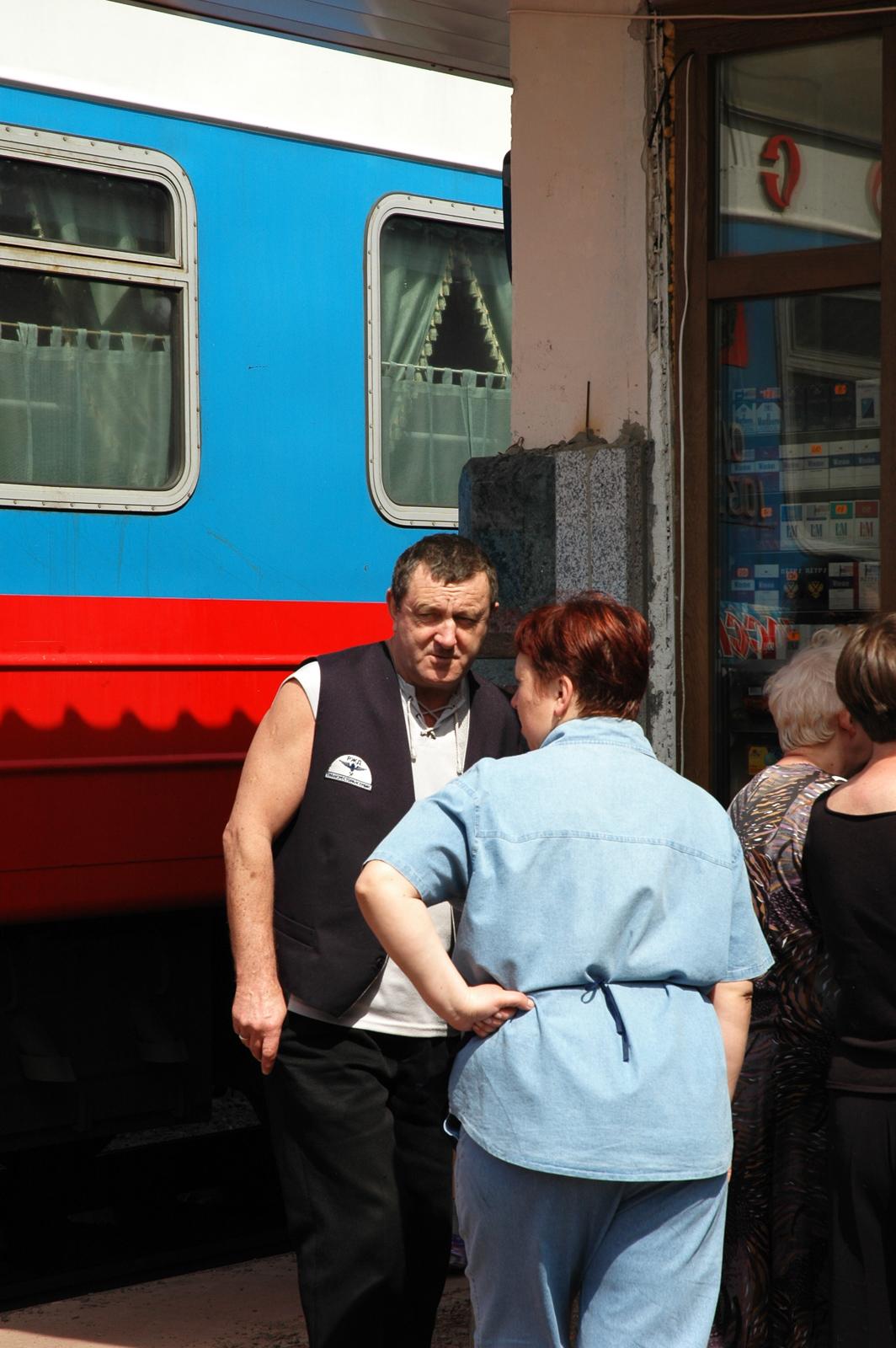 Junan keittiohenkilokunta ostoksilla Krasnojarskin asemalla