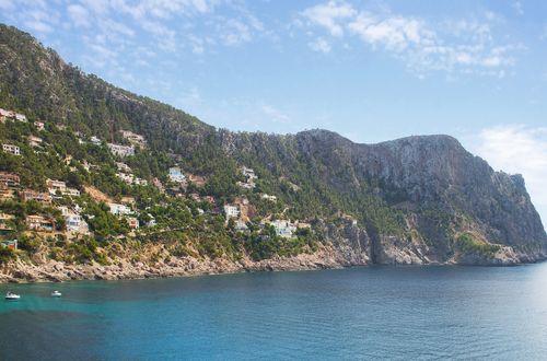 Exklusivt egendom med havsutsikt och vacker färggrann trädgård och pool