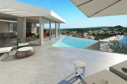 Tidstypisk nyproducerad villa med enastående utsikt över havet