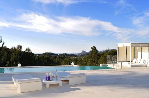 Härlig arkitektritad lyxvilla med havsutsikt och tropiskt poolområde