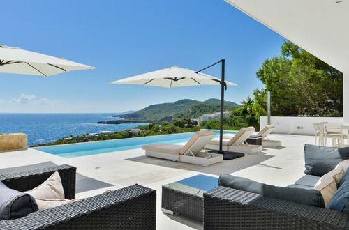 Nybyggd villa med strålande havsutsikt nära Ibiza stad