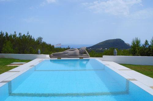 Här är ditt drömboende, ett fantastiskt hus i eftersökta Cala Jondal på Ibiza med underbart poolom