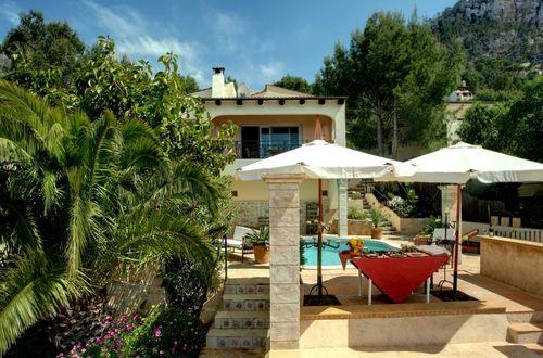 Magnifik villa i mycket eftertraktat läge med panoramautsikt över havet