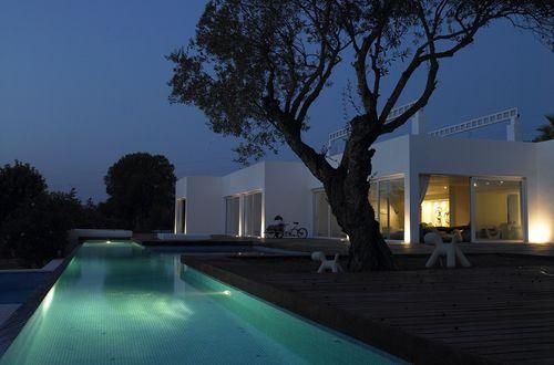 Nybyggd statusvilla uppförd i attraktiva Las Salinas i en mycket påkostad terasskonstruktion.