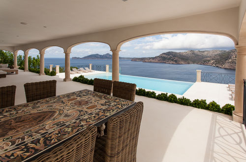 Elegant luxury residence with main- and guest house and stunning panoramic view over the sea
