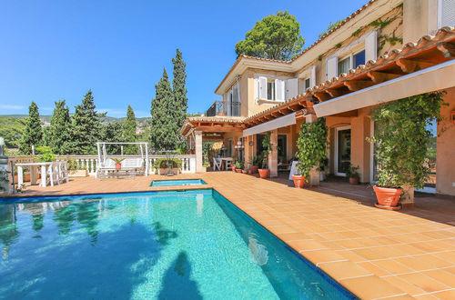 Elegant villa med havsutsikt och tropisk trädgårdsanläggning