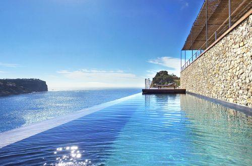 Designervilla högt över havet med spektakulär panoramautsikt