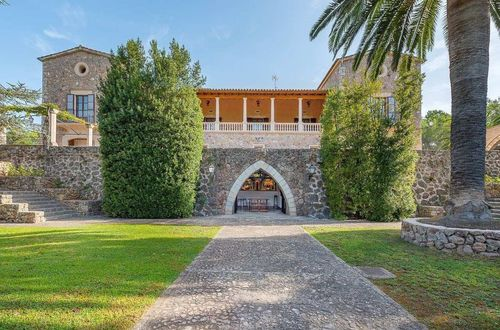 Impressive manor house surrounded by 9,000 olive trees