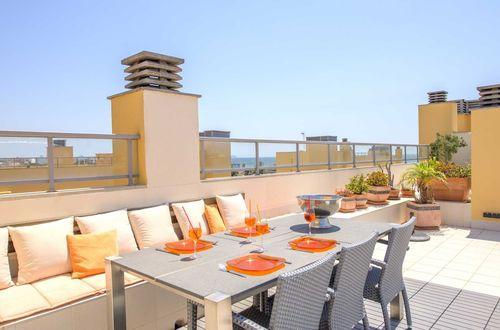 Stilig penthouse med 100 kvm takterrass och gångavstånd till stranden