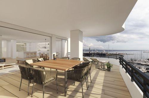 Helrenoverad våning med spektakulär fri sikt över hamnen