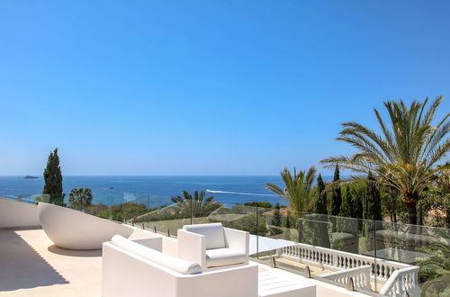 Nyrenoverad villa med panoramautsikt över havet