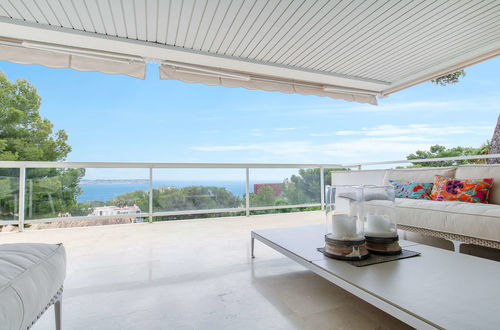 Modern apartment with sea views in a sought after location