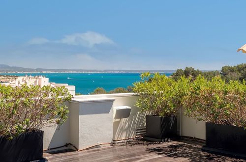 Bright penthouse with roof terrace and stunning sea views