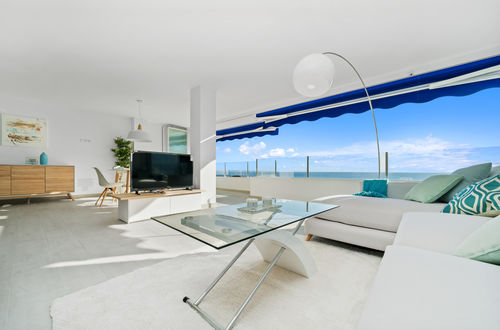 Recently refurbished apartment with harbour and sea views