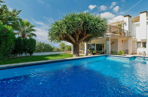 Villa in a good location with stunning sea views from the terrace