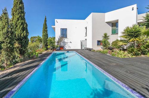 Stilig villa med havsutsikt och vacker trädgård med pool