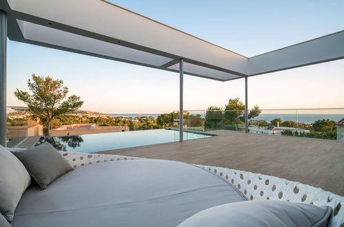 Fulländad arkitektur – hela 777 kvm lyxvilla med havsutsikt