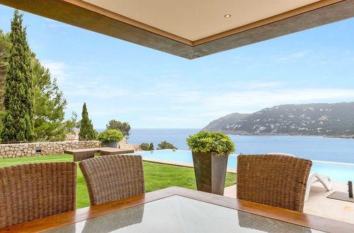 Magnifik modern villa med vidsträckt panoramablick över havet