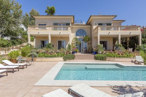 Classic villa with a guest apartment and gorgeous sea views