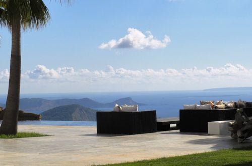 Modern minimalistisk villa med havsutsikt och en helt otroligt speciell pool