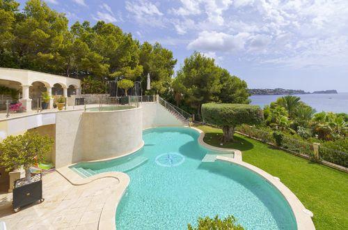Fantastisk villa vid första havslinjen nedsänkt i en grönskande trädgård