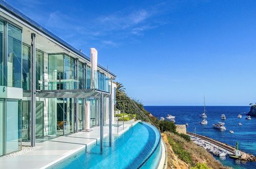 UNIQUE VILLA IN THE BEST LOCATION DIRECTLY BY THE SEA