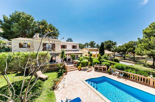Charmig Medelhavsvilla med välskött trädgård