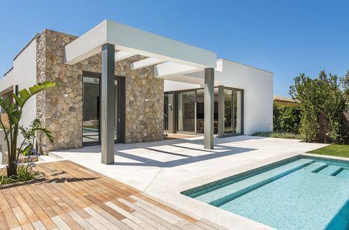 Nybyggd trendig villa med panoramautsikt över havet