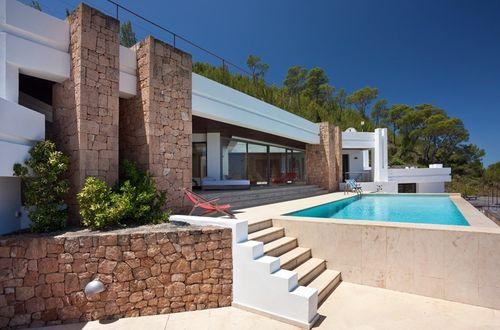 Imponerande villa högt belägen på stor tomt med storslagen panoramautsikt över Medelhavet