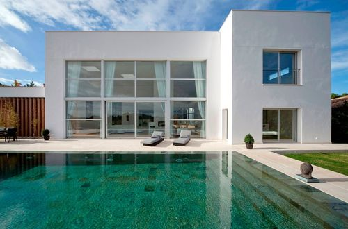 Beautiful minimalist villa with superb view over the Mediterranean landscape and the mountains