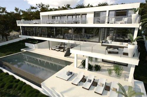 Minimalistisk designad stor villa med fantastisk poolområde och vacker vy över landskapet och Medelh