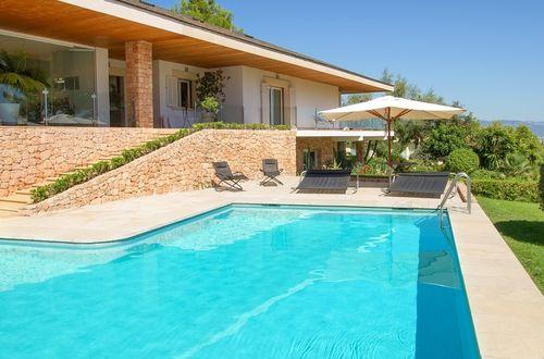Elegant lyxvilla i förstklassigt läge med lummig trädgård i Medelhavsstil