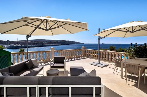 Living on the front of the sea and the port is possible with this large apartment