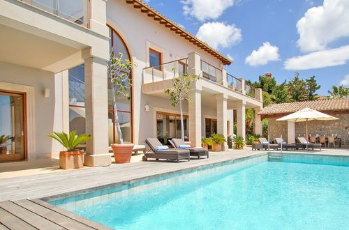 Exclusive luxury residence with fantastic pool area and a breathtaking sea view