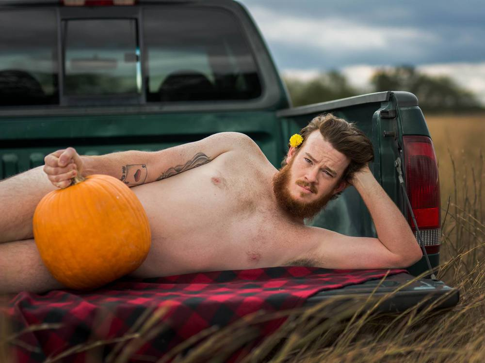 Mann posiert nackt - mit nichts als einem Kürbis