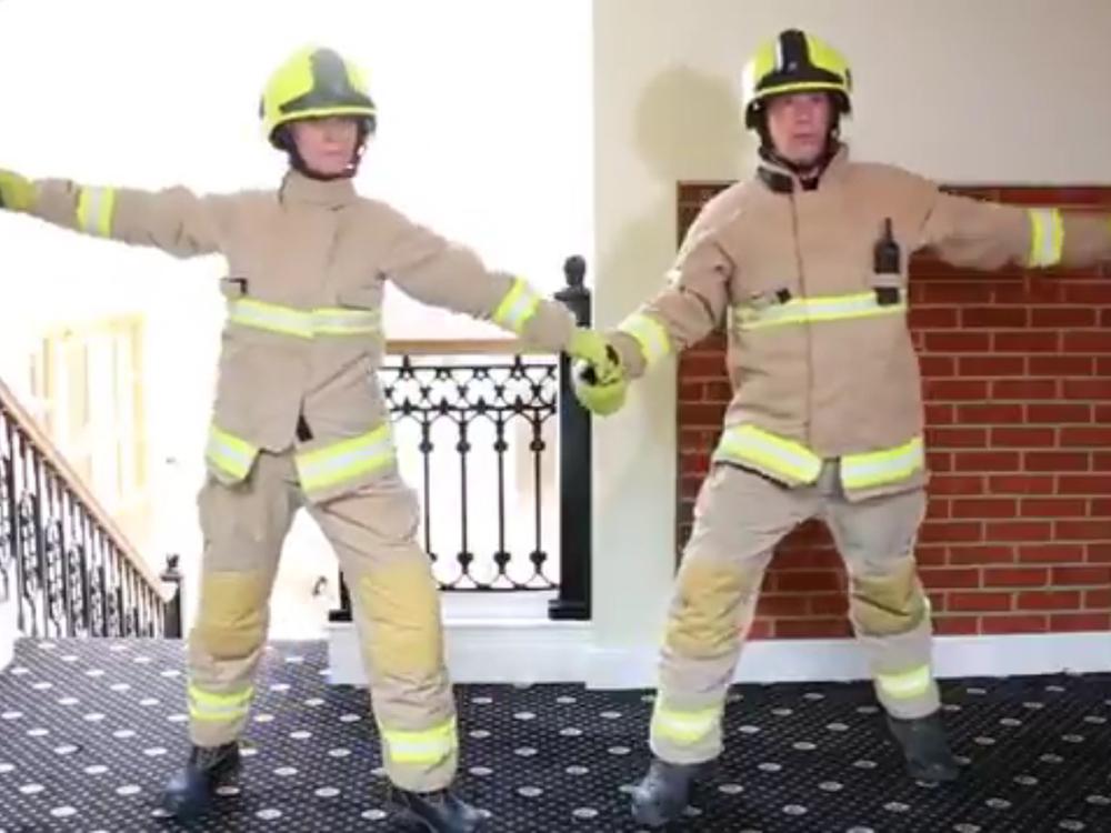 """Englische Feuerwehr geht mit """"Dirty Dancing""""-Parodie viral"""