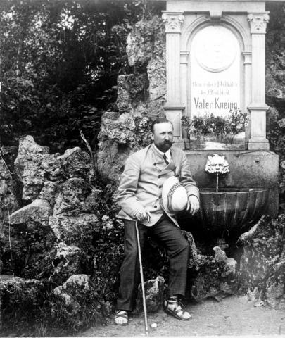 Sasnauskas 1912 m Verishofene (Vokietijoje) prie hidroterapijos kurejo S Kneipo paminklo.jpg