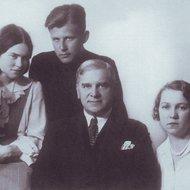 Karnavičius su šeima.jpg
