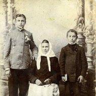 Petras Biržys su broliu Juozu ir motina Anele