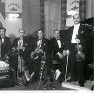 """""""Metropolio"""" orkestras. Dešinėje stovi vadovas M. Hofmekleris"""