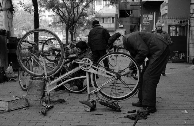 A_man_repairs_a_bike