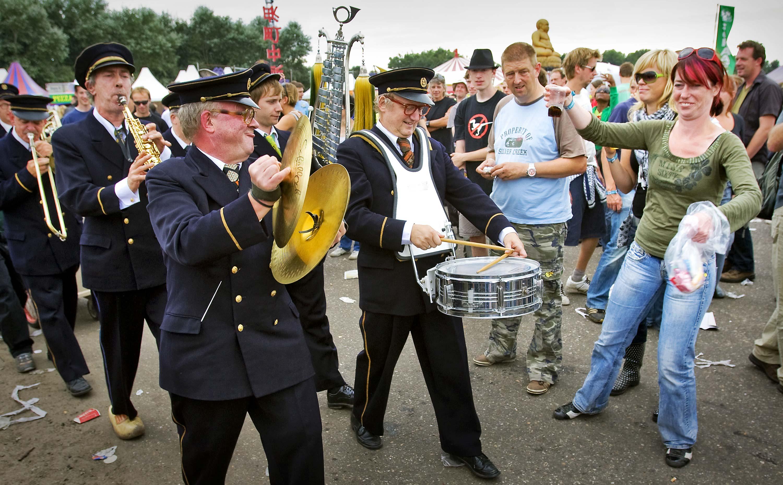 Een bandje wandelt door de menigte in 2008.
