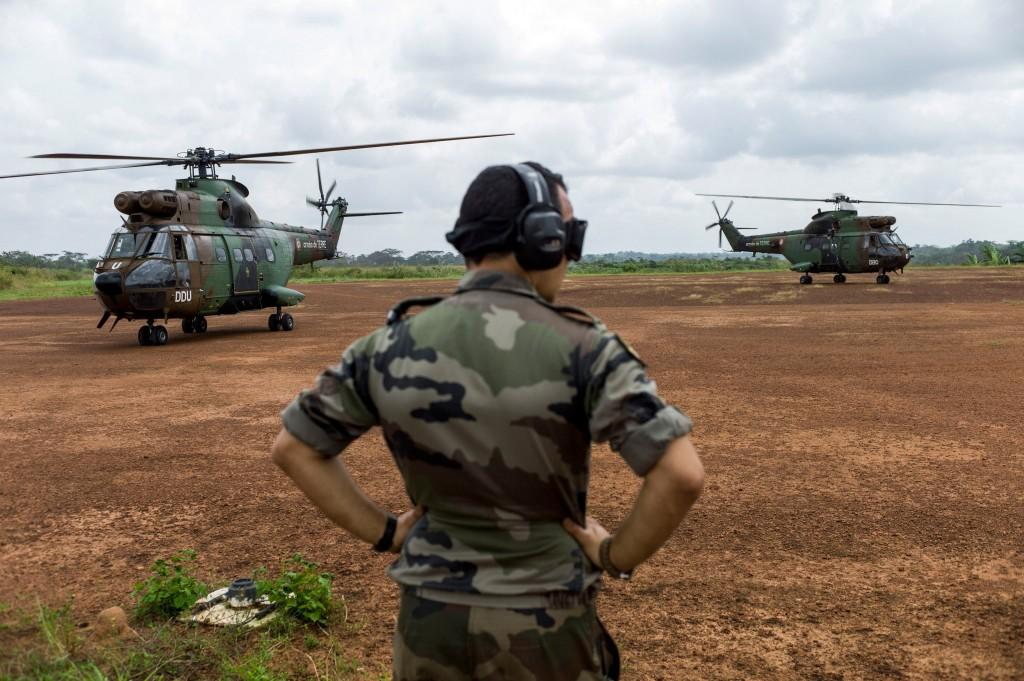 Franse helikopters landen op een militaire basis in Kameroen