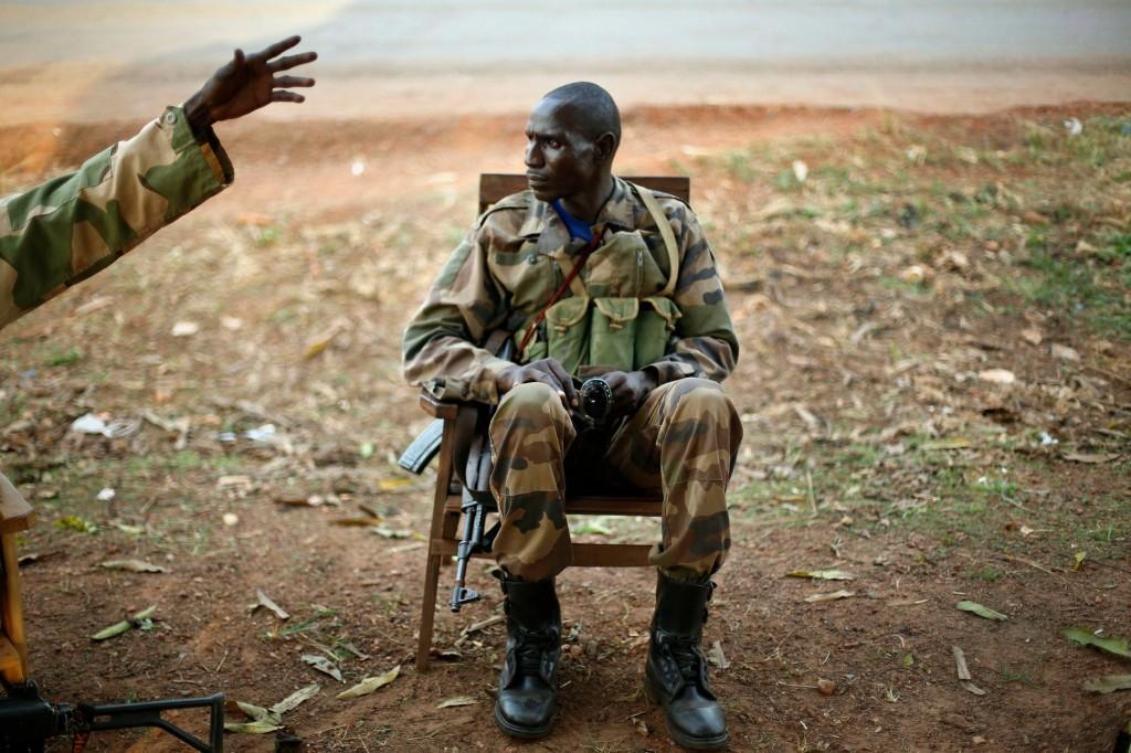 Een Séléka-soldaat luistert naar kolonel Anuar Mustapha tijdens een briefing in Boali.