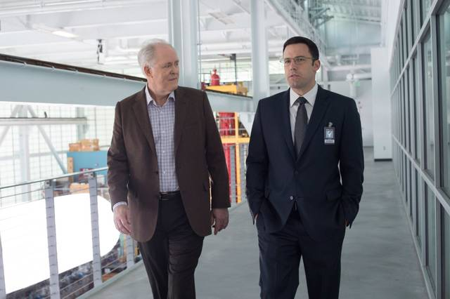 The Accountant Ben Affleck John Lithgow foto dal film 1